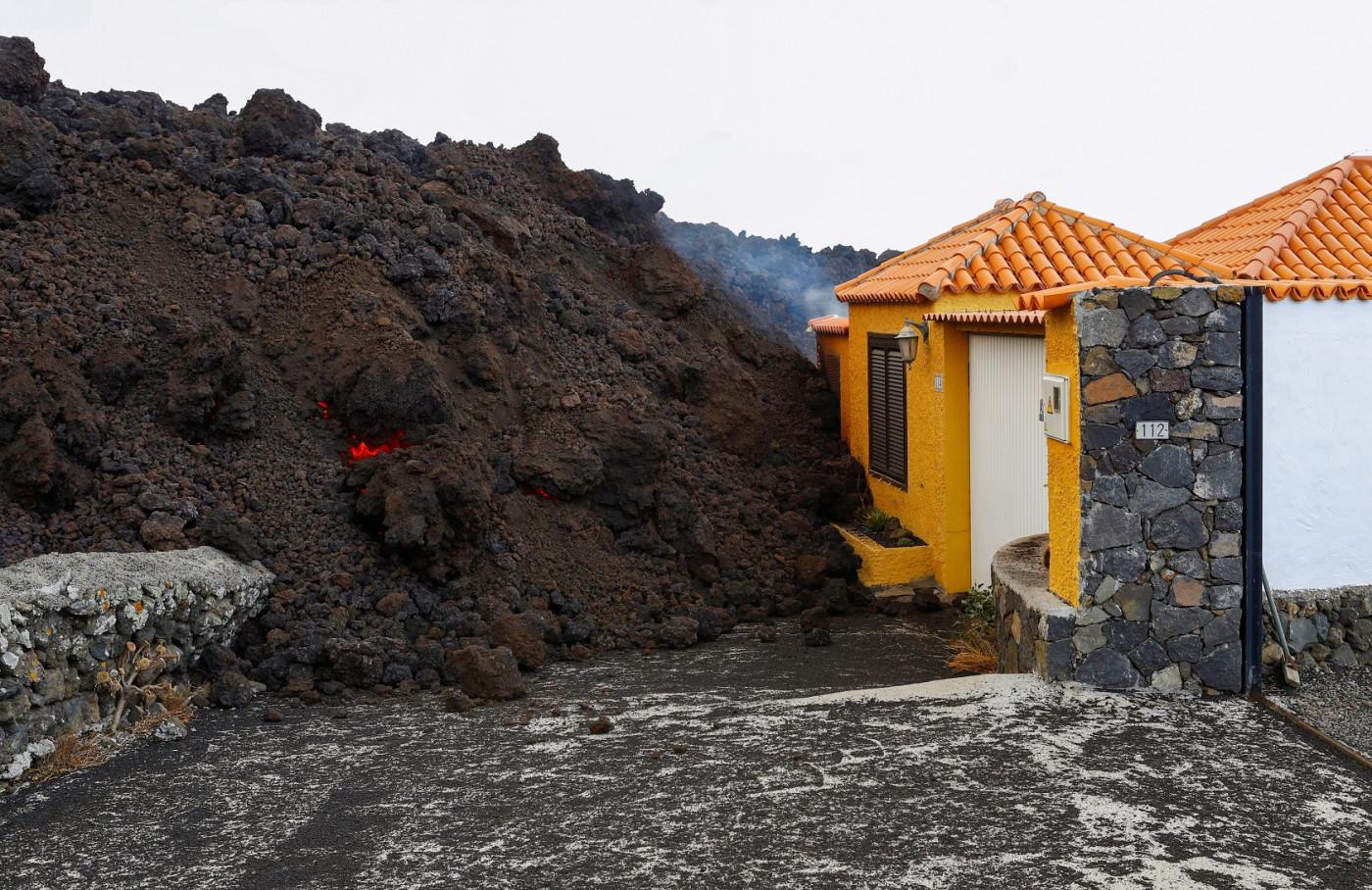 Casas na região de Cabeza de Vaca, onde fica localizado o vulcão Cumbre Vieja, foram incendiadas pela lava