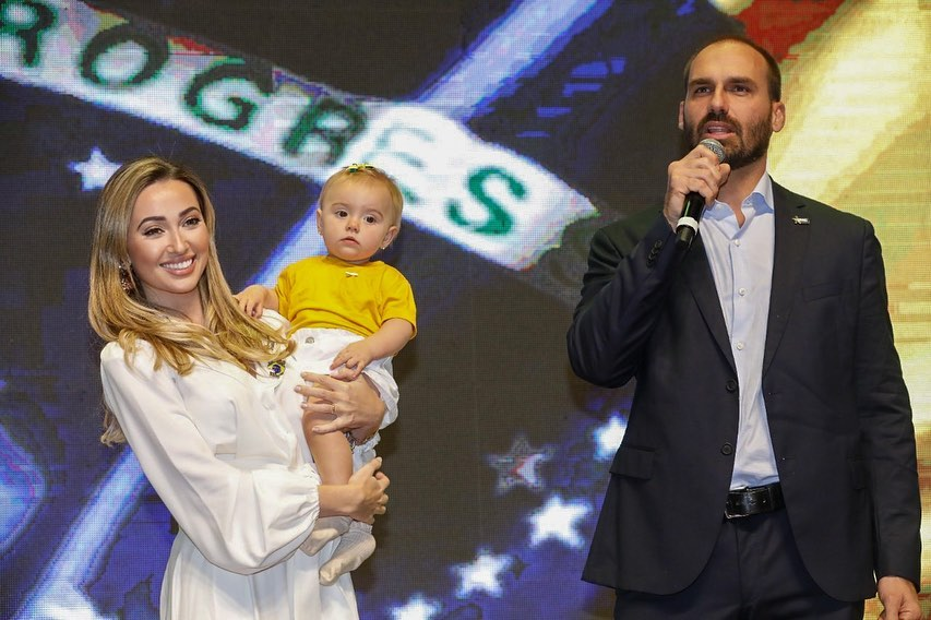 eduardo bolsonaro ao lado da filha e da esposa
