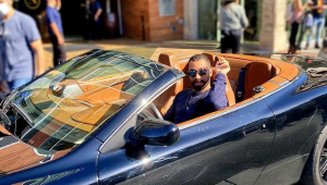 gil do vigor posa em carro de luxo