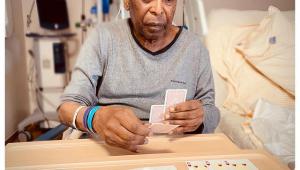 pelé jogando cartas