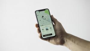 pessoa segurando celular com uber aberto