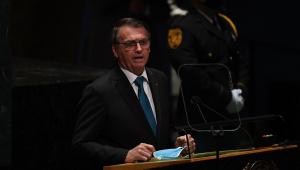 Usando óculos e trajado socialmente, Bolsonaro faz discurso na Assembleia-Geral da ONU