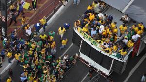 O presidente Jair Bolsonaro (camisa azul claro) em carro de som na avenida Paulista