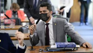 O senador Marcos Rogério falando ao microfone durante CPI da Covid-19