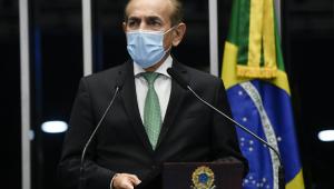 O senador Marcelo Castro falando em microfone ao plenário do Senado