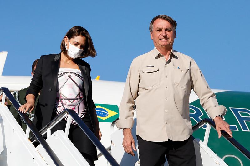 Jair Bolsonaro e Michelle saindo do avião em Nova York