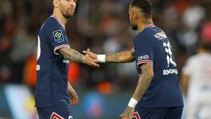 Neymar cumprimenta Messi em partida do PSG contra o Lyon