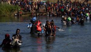 pessoas atravessando rio nos eua