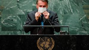Jair Bolsonaro tira a máscara antes de discursar em frente ao púlpito da Assembleia-Geral da ONU