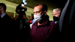 O motoboy da VTCLog, Ivanildo Gonçalves da Silva (c), chega ao Senado para prestar depoimento