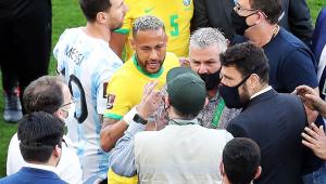 Os jogadores Neymar e Lionel Messi conversam com agentes da Anvisa e da Polícia Federal que invadiram o campo da Neo Química Arena