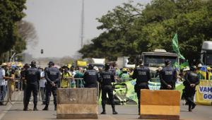 Pessoas próximas as barreiras de proteção montadas pelas forças de segurança