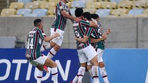 Atletas se abraçam após gol marcado em partida