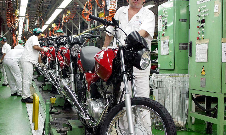 pessoa construindo moto