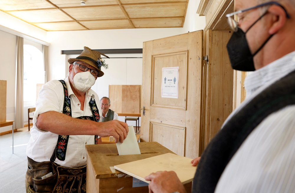 Homem usando roupas típicas bávaras vota na Alemanha