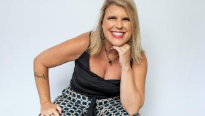 Empresária Andréa Greco sorridente num fundo branco