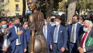 Homens em torno de estátua de mulher na Itália
