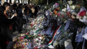 pessoas prestando homenagens aos mortos de atentado na França
