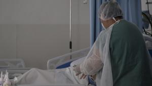 Profissional da saúde cuida de paciente com Covid-19