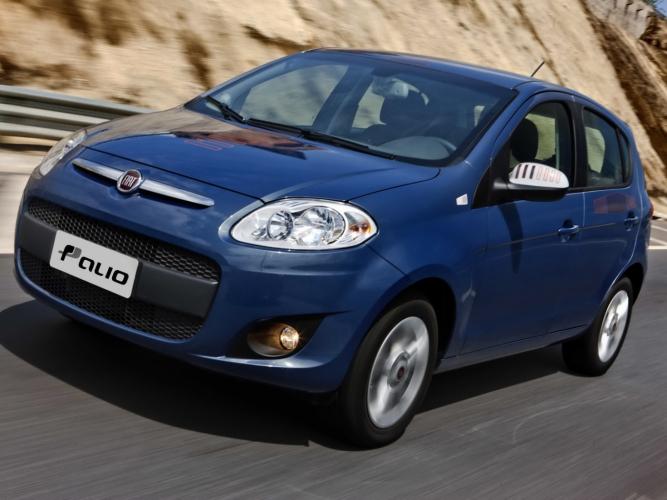 Fiat Palio azul em uma estrada