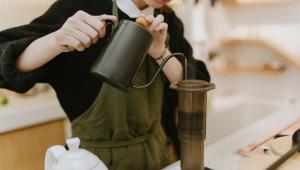 Pessoa preparando café