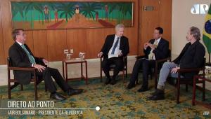 Bolsonaro, Augusto Nunes, Jose Maria Trindade e Guilherme Fiuza em uma sala sentados em cadeira