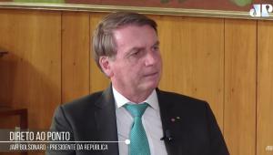 Presidente Jair Bolsonaro falando durante o programa Direto ao Ponto. Usa terno, gravata azul piscina, camisa branca
