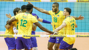 Jogadores da seleção brasileira comemoram em quadra, rente à rede
