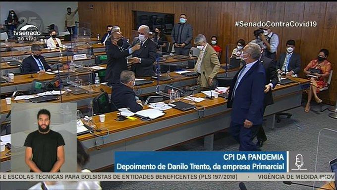Senadores são contidos por colegas