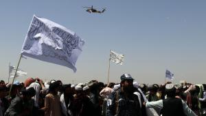 Helicóptero sobrevoa apoiadores do Talibã enquanto eles se reúnem em Kandahar, Afeganistão, 01 de setembro de 202