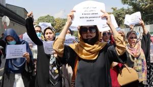 Mulheres afegãs protestam na capital Cabul pedindo a inclusão feminina no governo do Talibã no Afeganistão