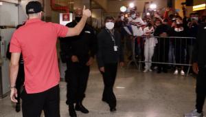 Calleri desembarcou no aeroporto e foi recebido por torcedores do São Paulo