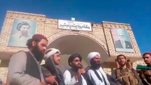 Integrantes do grupo Talibã em frente à sede do governo da província de Panjshir
