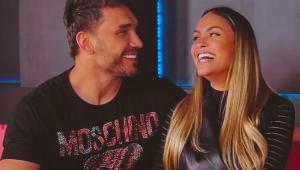 Sarah Andrade e Lucas Viana sorrindo e trocando olhares