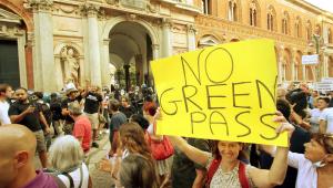Grupos protestam contra o passaporte da vacina em países da Europa