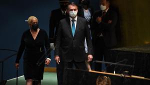 Jair Bolsonaro caminhando em direção ao púlpito antes de discursar na ONU