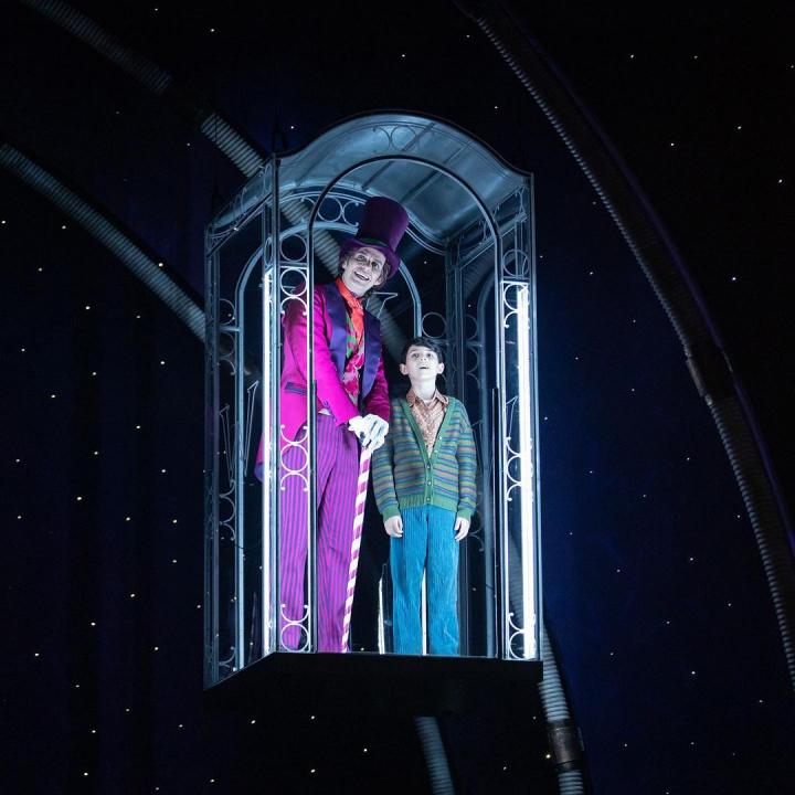 Cena do espetáculo A Fantástica Fábrica de Chocolate com Willy Wonka e Charlie