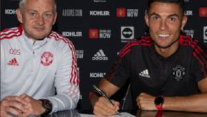 Cristiano Ronaldo ao lado do treinador do Manchester United, Ole Solskjaer