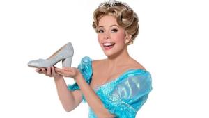 Fabi Bang vestida de Cinderella e segurando um sapato