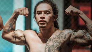Whindersson Nunes mostrando os músculos do braço