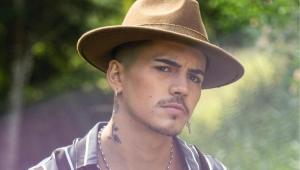 Biel sério usando um chapéu