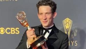Josh O'Connor segurando o troféu do Emmy