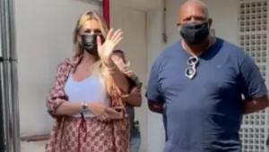 Lívia Andrade polemiza ao comparecer em teste de DNA do filho de Pétala Barreiros