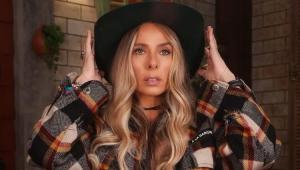 Adriane Galisteu usando um chapéu de cowboy