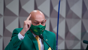 Homem de máscara gesticula durante sessão do Senado