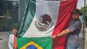 Homens seguram bandeiras do Brasil e do México