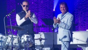 Dudu Braga e seu pai, Roberto Carlos, no palco