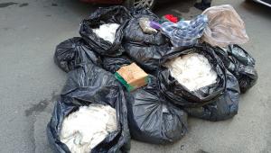 Sacolas com quilos de cocaína, crack e maconha encontrados pela Polícia Militar em carro