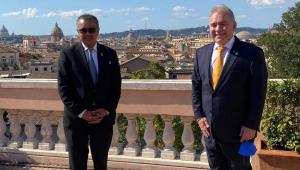 Com a cidade de Roma ao fundo, o diretor-geral da OMS, Tedros Adhanom Ghebreyesus, e o ministro da Saúde do Brasil, Marcelo Queiroga posam para foto, ambos de trajes sociais