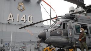 Helicóptero ao lado do Navio-Aeródromo Multipropósito Atlântico em alto mar